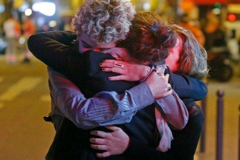 Folk trøster hverandre utenfor konsertlokalet Bataclan der rundt 100 mennesker ble drept. Foto Christian Hartmann / Reuters / NTB scanpix (Foto: CHRISTIAN HARTMANN)