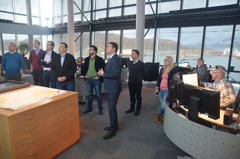 Avdelingsdirektør Bent-Ove Jamtli i HRS Nord-Norge viste EU-parlamentarikerne rundt på Hovedredningssentralens operasjonssentral i Bodø. Foto: Aleksander Ramberg