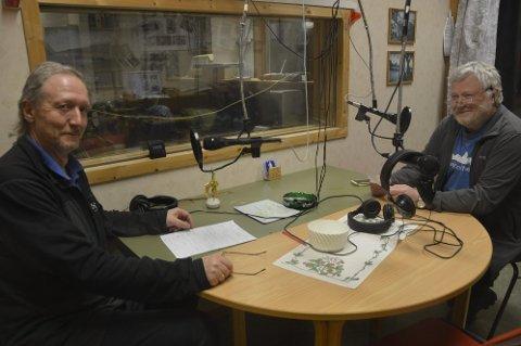 PÅ LUFTA: Ove Larsen (t.v.) og Magne Elstad trives i nærradioen som programledere og sier ja når de blir spurt om å kjøre faste torsdagssendinger. Foto: Ingeborg Andreassen