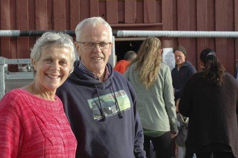 Tone Hammersmark Olsen og Axel Olsen ved Selsøyvik Handelssted får støtte fra Stiftelsen UNI.
