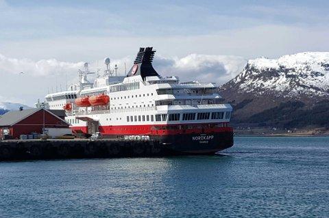 MS Nordkapp til kai i Nesna. Som man ser at bildet så har skipet en liten slagside, selv om det trolig ikke er den store dramatikken knyttet til dette.