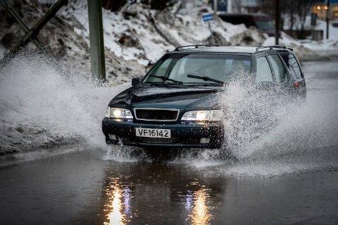 Regn og store nedbørsmengder gir mye vann på vegene rundt om i byen.