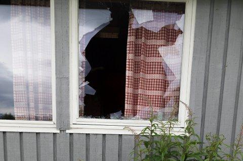 Ett av vinduene på langsiden av bua ble knust, trolig fra innsiden siden glasskårene lå på bakken på utsiden.