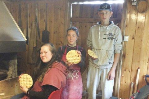 Baker: Fra venstre: Julie Fagerbakk, Katarina Storeng Hagavei og Sondre Storesund. Naima Storesund, Celina Oksfjellelv og Ronja Tuven var ikke til stede da bildet ble tatt. Foto: Olav Mastervik