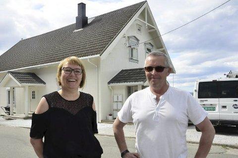 Solgt: Inger-Anna og Svein Martin Hopaneng har brukt utallige timer på å pusse opp Strandgata 13a. Nå er den solgt og ekteparet er fornøyd med å få igjen for innsatsen. Foto: Hugo Charles Hansen
