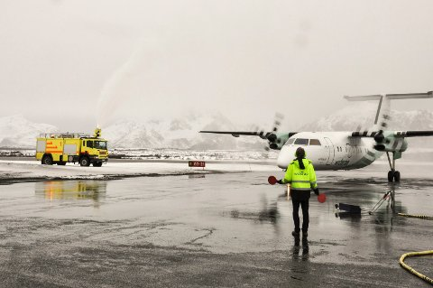 Widerøe åpnet i april 2017 en rekke nye direkteruter til Gardermoen fra diverste steder i Nord-Norge. Bildet er fra den historiske landingen på Leknes lufthavn.