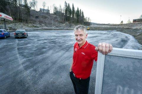 Fra åpningsdagen: Rolf Olafsen var svært fornøyd da Esso og Deli de Luca åpnet på Gruben i november i fjor. Selv om den store parkeringsplassen er godt brukt, har måten den blir brukt på også skapt hodebry for eierne.