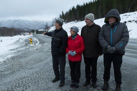 F.v. Tore Grytangen, Iren Rødahl, Knut Karstensen og Johnny Larsen er oppgitt over at det eneste skiltet de har, er den gule og røde hindermarkeringen.