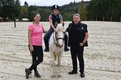 1 hestefamilie: Gøril Melgård Ovesen, Aurora Ovesen (9), den 12-årige irske sportsponnien Herbie og Jørn Ove Ovesen bruker nesten all sin fritid i stallen på Øyjord. 2 Aurora har ridd fast siden hun var sju år. I sommer fikk hun Herbie i bursdagspresang da hun fylte ni. 3 Heste- og ponnimiljøet på Stall Øyjord beskrives av Auroras foreldre som veldig inkluderende og godt å være i. Foto: Beate Nygård Johansson