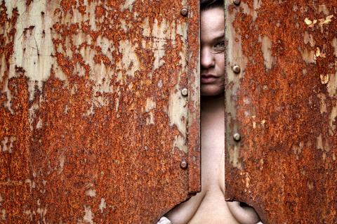 Rebell: – Jeg hadde komplekser. Nå er jeg mer der at jeg bryr meg ikke. Jeg føler meg friere, sier Sylvia Otervik fra Hattfjelldal. Hun er en av modellene i fotoboka «The Hulder».Foto: Aleksander Nordaas