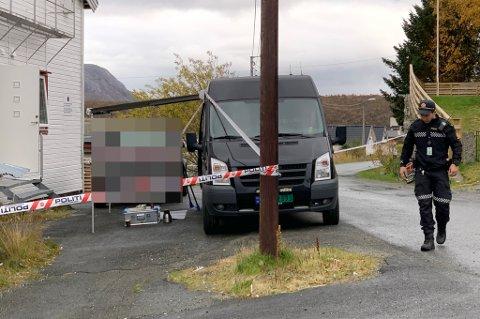 KRIMTEKNIKERE: Krimteknikere fra politiet er på plass utenfor bygget for en mann er funnet død. Politiet omtaler dødsfallet som mistenkelig.