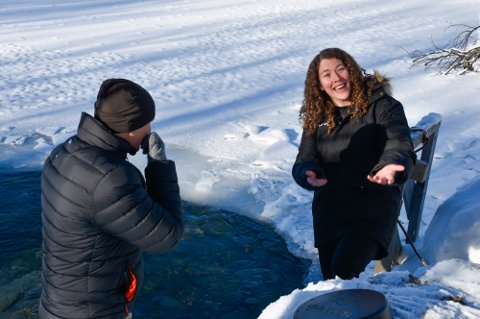 Ina Therese Trælnes og produsent Marko Röhr ved inngange til Pluragrotta. - Det er helt rått, sier Trælnes om suksessen Röhr har hatt med de to første filmene i sin naturtriologi. Nå skytes store deler av siste film i serien i Rana.
