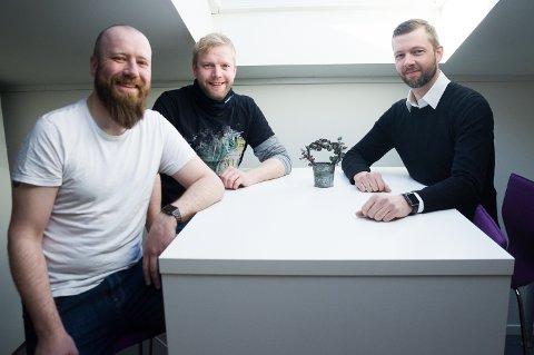 F.v. John Erik Andersen, Morten Røberg og Thomas Bustnes ser frem til å kunne gi ranværingene lokalt øl fremover.