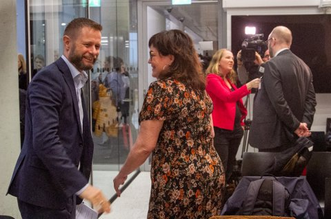 Stemningen var god mellom helse- og omsorgsminister Bent Høie og Rana Høyres Anita Sollie da sykehusstrukturen på Helgeland ble avgjort. Nå tar lokalpartiet kontakt med ministeren og ber om besluttsomhet.