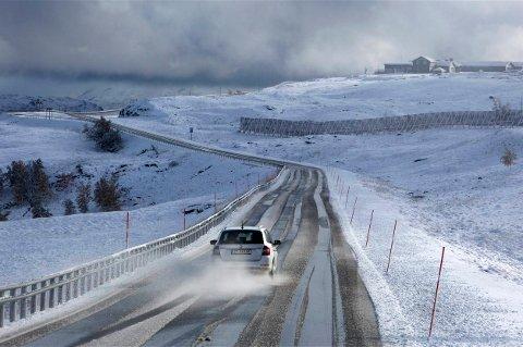 SNØEN KOMMER: Bilister advares mot snø på fjellovergangene i Nord-Norge de neste dagene. E6 over Kvænangsfjellet kan fort bli som på dette bildet fra sist vinter.