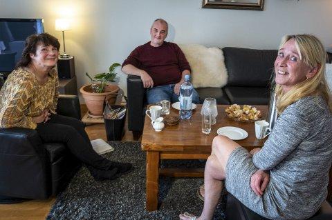 Thone Høgås (56), foran, kan ikke få fullrost innsatsen til de kommunale kreftsykepleierne nok, da hun var alvorlig syk og de stilte opp for henne og ektemannen hjemme. Det liker sykepleierne Bjørn-Aage Olsen og Ann-Wenche Steen å høre. 2. I 2012 delte Hjørdis Hagen sine opplevelser med Rana Blad. Etter hennes mening var kreftsykepleierne Berit Bakkan (t.v.) og Ann-Wenche Steen avgjørende for at datteren Mari (bildet foran) fikk lov å dø i hjemme sitt, uten smerter. Foto: Toril S. Alfsvåg 3. I 2017 engasjerte Thone Høgås seg på fylkesnivå for gynkreftforeningen. 4. Det har vært et tett samarbeid mellom kreftsykepleiere og Termik Rana, fra det frivillige tilbudet ble etablert. På bildet fra 2012 lanseres nye samarbeidsplaner: T.v. frivillige Marleen Rones og Borgny Hanssen, bakerst daglig leder i Termik, Elin Smith. Til høyre, tidligere kreftsykepleiere Ann-Wenche Steen og Berit Bakkan, bakerst kreftkoordinator Synnøve Edvardsen Valla.