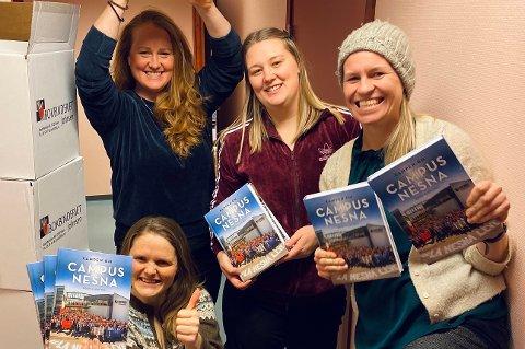 En fornøyd gjeng i Folkeaksjonen for høyere utdanning på Helgeland med bøkene som ble lansert i dag.