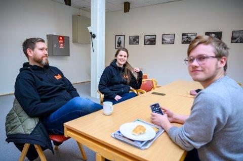 Pride Mosjøen under planlegging: Olav Karlsen og Camilla Hagen fra  Kirkens Bymisjon og Håvard Valstad fra Vefsn ungdomsråd er helt i startfasen med å planlegge Pride Mosjøen.