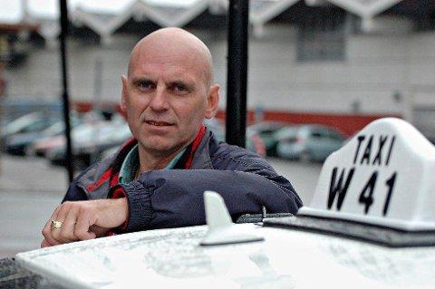 Jonny Sandmo er daglig leder i Bodø taxi. Han er bekymret for sine ansatte, som må kjøre pasientturer for legevakten.