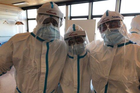 TIL ITALIA: Intensivsykepleier Sissel Jansen (t.v.), anestesilege Solveig Johnsen (i midten) står her sammen med kollega Håvard Jansen fra Nordlandssykehuset. Tirsdag reiser de til Italia for å bista italienske kollegaer i kampen mot koronaviruset. De forventer en tøff opplevelse i det som er et av områdene i verden som er hardest rammet av covid-19-viruset.