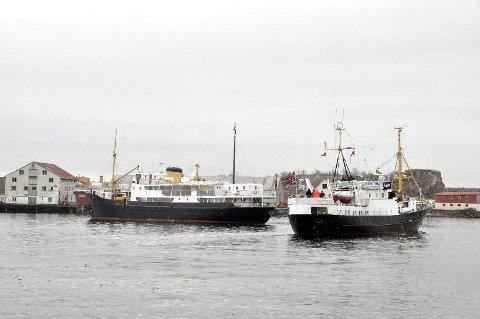 """Hotellskip: Norwegian Adventure Company AS satser i sommer på hotellskip og opplevelser i Lofoten med base på """"Gamle Salten"""" til venstre i bildet."""