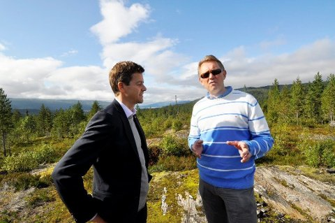Samferdselsminister Knut Arild Hareide er opptatt av fremdrift i prosjektet, slik også stortinget er. Her sammen med daglig leder i PLU, Henrik Johansen under en befaring på området der det skal bygges flyplass.