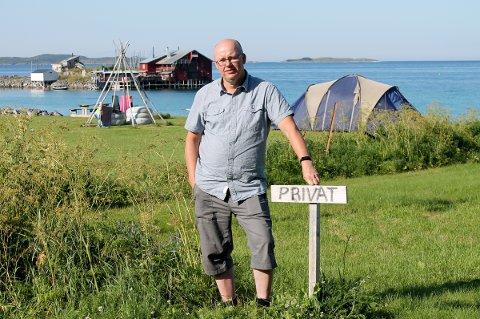 SØKK LEI: Ronny Moan, fastboende i Bøvær, sier han daglig må ut og strekke opp turister som tar seg til rette.