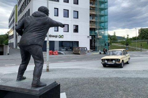 – Hva i all verden gjør du her, kan det se ut som om trener-legenden Nils Arne Eggen roper mot Ladaen fra sin sokkel ved Lerkendal stadion. Foto: Privat