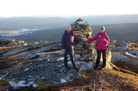 Turgåere: Marit Bakken (t.v.) og Greta Skaland på en av Ranatraskens turmål, Ravntinden. Foto: Otto Margido Pedersen