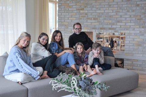 Vida My, Anna, Nina, Inge, Billie og Vilgot i et hus bygs av og for kjærlighet. Nina elsker besøk, Inge elsker å varte opp.  For en match.
