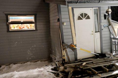 SMELL: Inngangspartiet er ikke farbart etter smellen, så Kristin og Svenn Magne Olufsen får bare snakke gjennom vinduet.