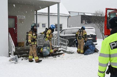 Ting som er skadet av brann- og gassutvikling hentes ut av fengselet. Foto: Stine Skipnes