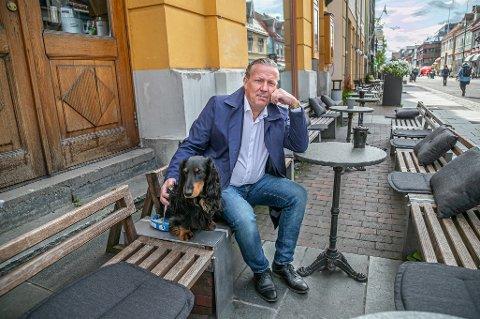 BEKYMRET: Bostyrer Roar Bårdlund er skremt av de 591 millioner kronene som bedrifter i Troms og Finnmark skyldes i moms. 31.oktober må første avdrag betales for bedrifter som har fått betalingsutsettelse på grunn av koronapandemien. – Moms er noe bedrifter fakturerer ut. Når kunder betaler, så får bedriften inn penger som tilhører staten - altså deg og meg. Jeg er svært skeptisk til at bedrifter bruker moms for å subsidiere fortsatt drift, sier Bårdlund. Bildet er tatt på Verdensteateret i Tromsø sentrum, uten at VT er innblandet i saken.