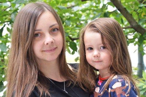 Fransisca Kappfjell Herbst (29), her med datteren Elea Therese Kappfjell Utstrand (3) på armen, kjemper for å få samisk språk inn i barnehagene.