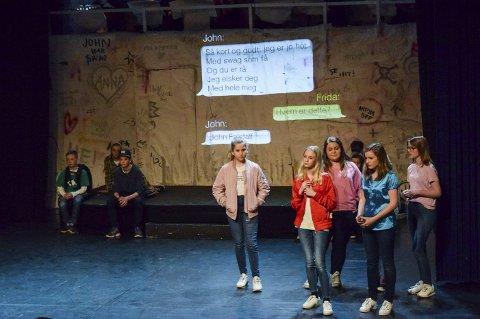 Moderne tvist: Det klassiske stykket «De lystige koner i Windsor» ble skrevet om til en historie som foregår på en ungdomskole. Denne ble på søndag fremført av sangere ved Ringsaker Operaskole på Hamar Teater.
