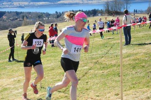 Ida Gjermundshaug Pedersen (foran) vant seniorklassen for kvinner. Mathilde Myhrvold fra Raufoss (K18-19) fikk beste totalttid.