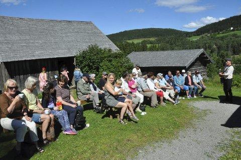 Folksomt: Måråskaffe utenfor Prøysenstua er en aktivitet soom har vært populær. Om lag 50 møtte opp tirsdag formiddag. Foto: Dorthea Mørkved Glorud