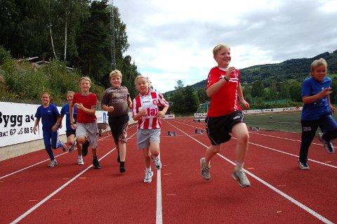 Slik: Bilde fra tidligere år hvor Veldre friidrett hadde god aktivitet i gruppa si. Nå vil de tilbake på bana og satser på å starte opp med treninger igjen til sommeren. Foto: Arkiv