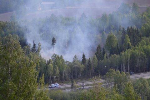 Det brenner i skogen nord for Botsenden, noen kilometer nord for Brumunddal.