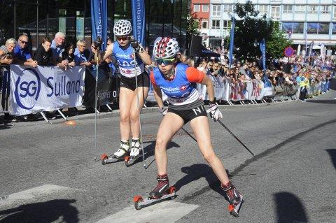 Ida Benjaminsen (til høyre) jaget på, men eliteløperne var for sterke for ungjenta fra MjøsSki.