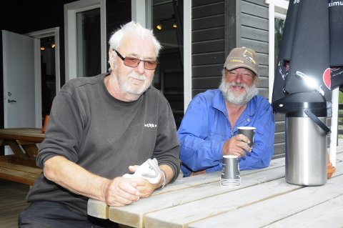Leif Huse og Morten Skogsrud tar seg en velfortjent pause. Erik Johansen var ikke til stede da bildet ble tatt.
