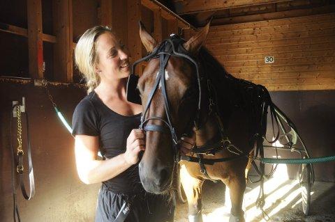 PÅ SAMME LAG: Ellen Marie Folkvord kan mer enn å score mål for Storhamar. Strekspilleren har også god greie på hest, og er oppasser for den lovende andelshesten Hardy B.R.