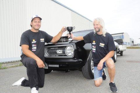 Tore Marius Bjørke (t.v.) og Robert Sjørengen med pokalen de fikk for tredjeplass i klasse Street Outlaw i Sverige.  Ingen nordmenn kjørte raskere.