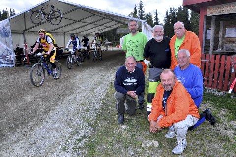 Liv og røre: På Bjønnåsen bidrar velforeninga hvert år med oppvartning og underholdning til syklister og tilskuere. Foto: Arkiv