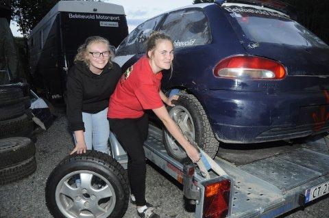 Stine Bekkevold (til høyre) og venninna Kamilla Brånås stroppet fast Colt og dekk før de dro til Skien grytidlig fredag morgen. Håpet var å rekke et par treningsrunder på Grenland motorsenter før kvelden.