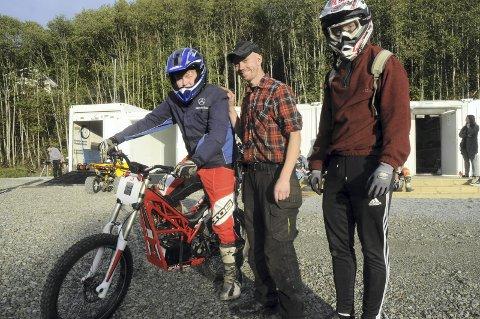 TESTER ELEKTRISK: Ruben Skinnerlien prøver den elektriske sykkelen under veiledning av Geir Magne Heggelund (midten) og Kristian Frydenlund.