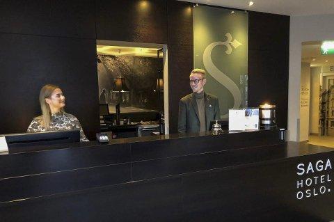 Ung direktør: Stian Opsalhagen fra Brumunddal fyller 27 år i mars og innen den tid rekker han å få status som hotelldirektør for alle Oslos Saga-hoteller. Saga Hotel Oslo er rangert som nummer fire i hovedstaden på nettstedet Tripadvisor og da er det grunn til å smile for resepsjonist Tina Hoel og Opsalhagen.