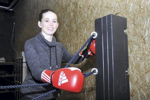 HARDTSLÅENDE MOR: Camilla Johansen gleder seg til å banke løs på gamle venner og treffe nye under NM i mars. Her er hun klar for en ny runde med boksing for nybegynnere på Fønix.