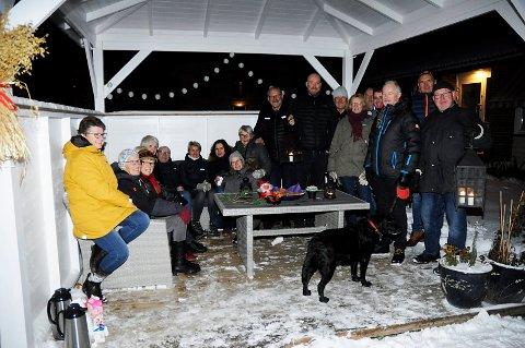 HAR FORTSATT TRUA: Den harde kjerne trosset vinterkulda og fortsatte debatten rundt bordet i hagen på Sundheimen. Inititivtaker Inger Randi Ekeberg helt til venstre på bildet.