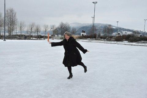 GODE FORHOLD: Anita Ihle Steen tok seg en tur på glattisen i Mjøsparken, og meldte om gode forhold.